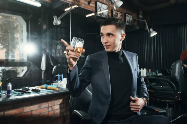 geschäftsmann mit glas whiskey - bräutigam anzug vintage stock-fotos und bilder