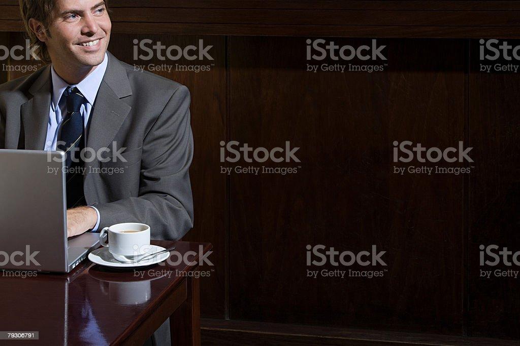 Geschäftsmann mit laptop im Café Lizenzfreies stock-foto