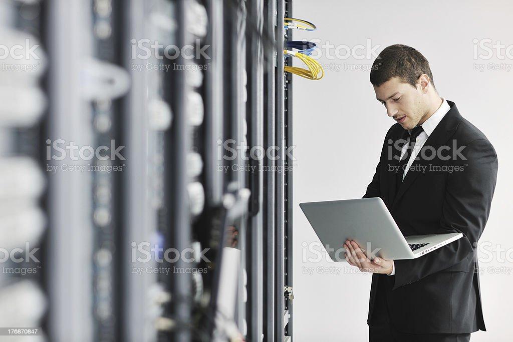 Geschäftsmann mit laptop im Netzwerk Serverraum – Foto