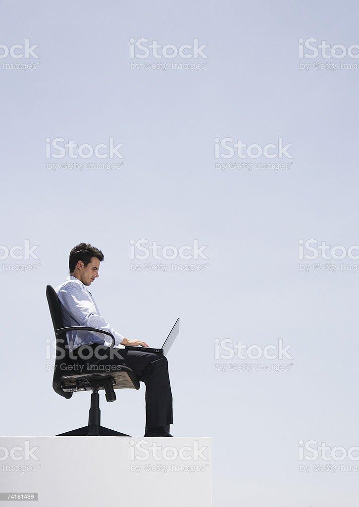 Hombre de negocios con ordenador portátil en oficina en pared al aire libre foto de stock libre de derechos