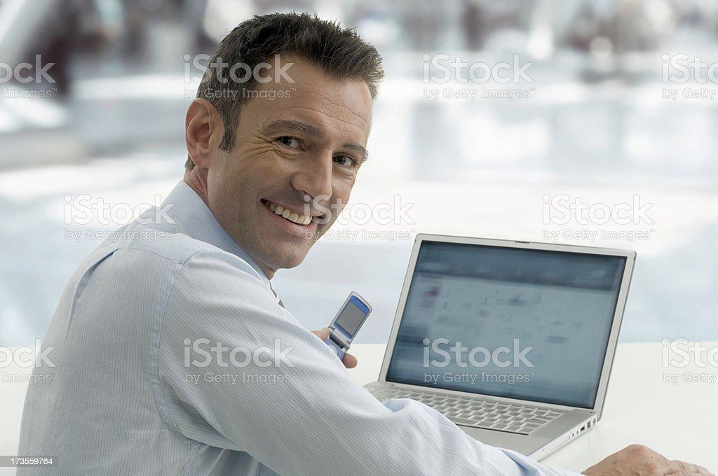 Geschäftsmann mit laptop – Foto