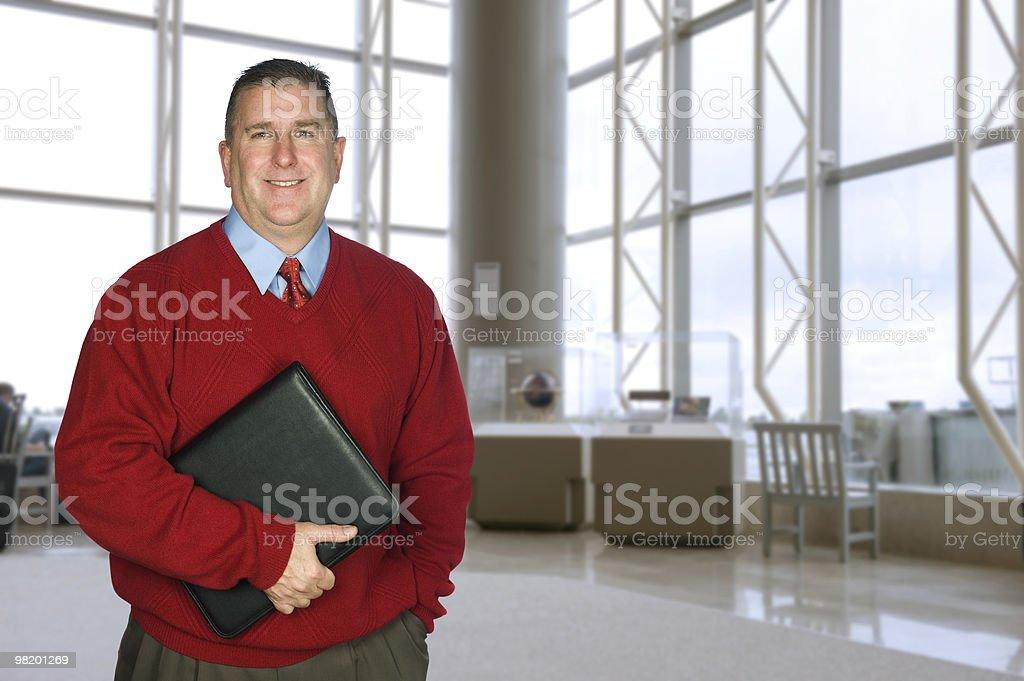Uomo d'affari con cartella in pelle nella hall foto stock royalty-free