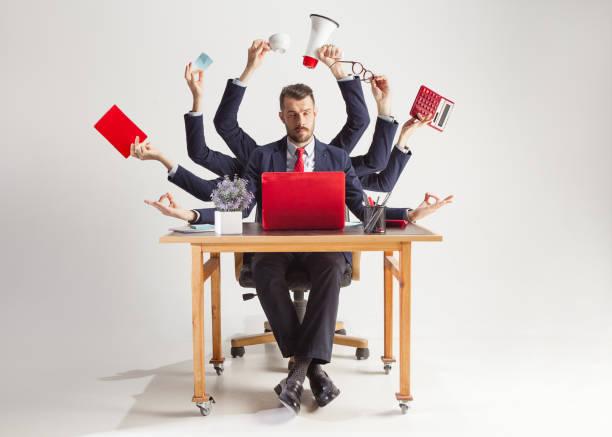 biznesmen z wieloma rękami w eleganckim garniturze pracujący z papierem, dokumentem, umową, folderem, biznesplanem. - duża grupa obiektów zdjęcia i obrazy z banku zdjęć