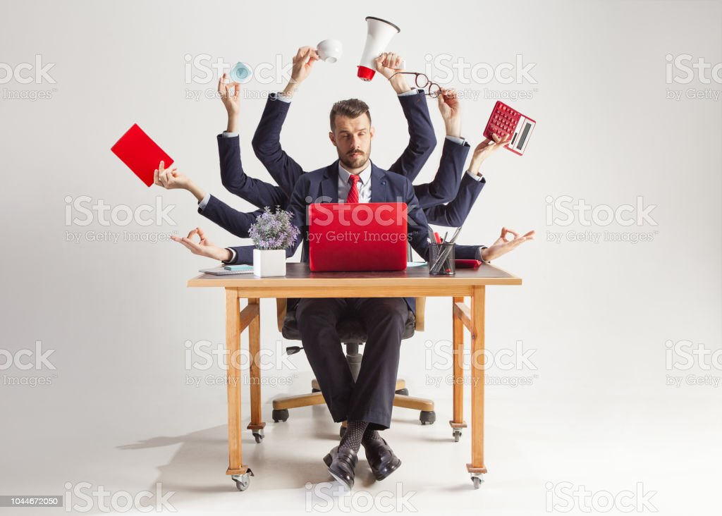 Geschäftsmann mit viele Hände in eleganter Anzug, arbeiten mit Papier, Dokument, Vertrag, Ordner, Business-Plan. – Foto