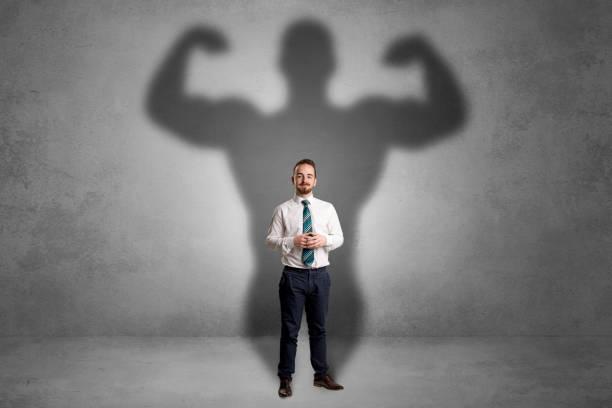empresario con tono muscular a la espalda - hombres grandes musculosos fotografías e imágenes de stock