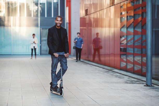 Geschäftsmann mit Push scooter – Foto