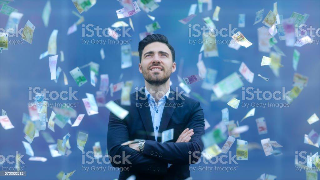 Empresario con llover billetes - foto de stock