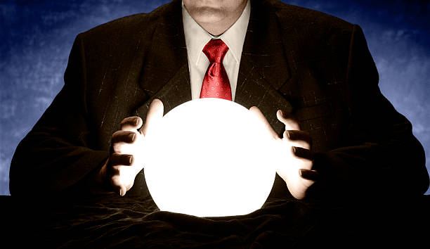 homme d'affaires et cravate rouge consultation de bal crystal - boule de cristal photos et images de collection