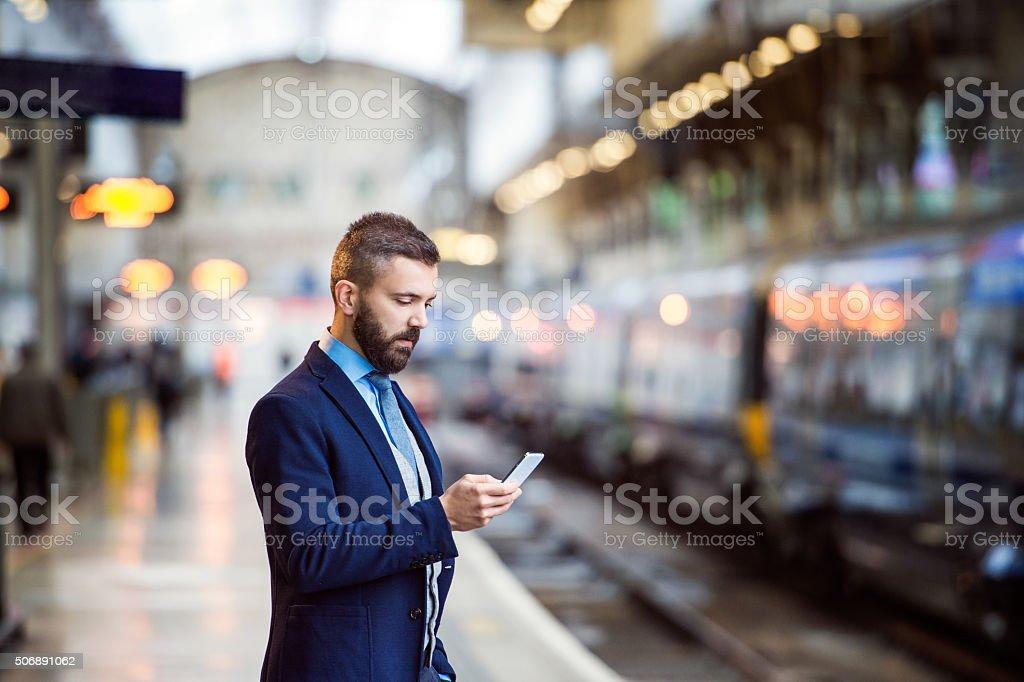 Geschäftsmann mit Smartphone - Lizenzfrei Abwarten Stock-Foto