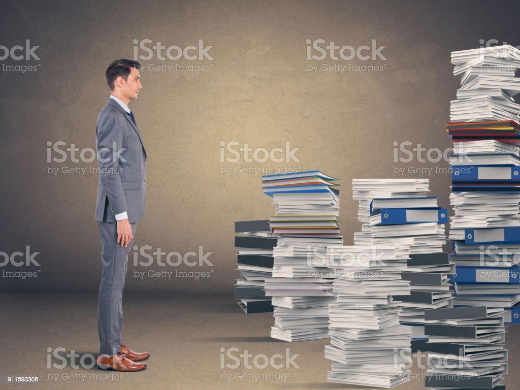 Geschäftsmann mit Stapeln von Office-Dateien – Foto