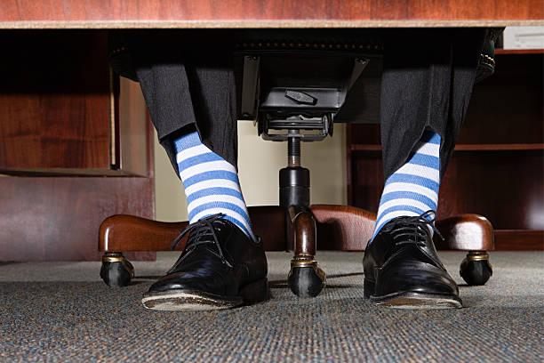 Homme d'affaires avec des chaussettes rayées - Photo