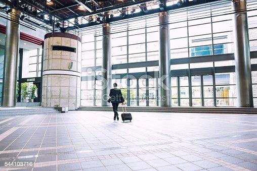 Corriendo Maleta Con Hombre De Istock Japón Kyoto Negocios tqXwUI