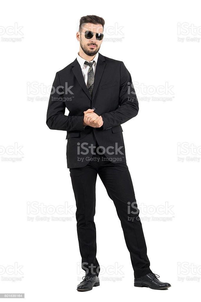 Hombre de negocios con gafas de sol de retención de juntas manos. - foto de stock