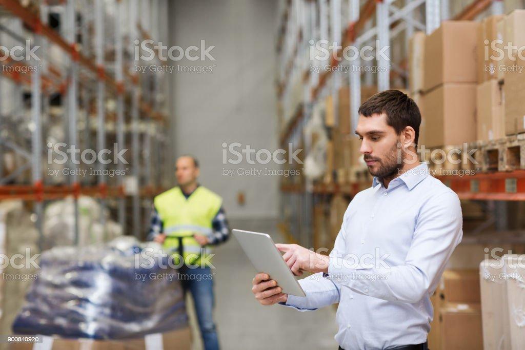 Geschäftsmann mit Tablet-pc im Lager – Foto