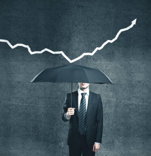 Geschäftsmann mit Regenschirm und Pfeil – Foto