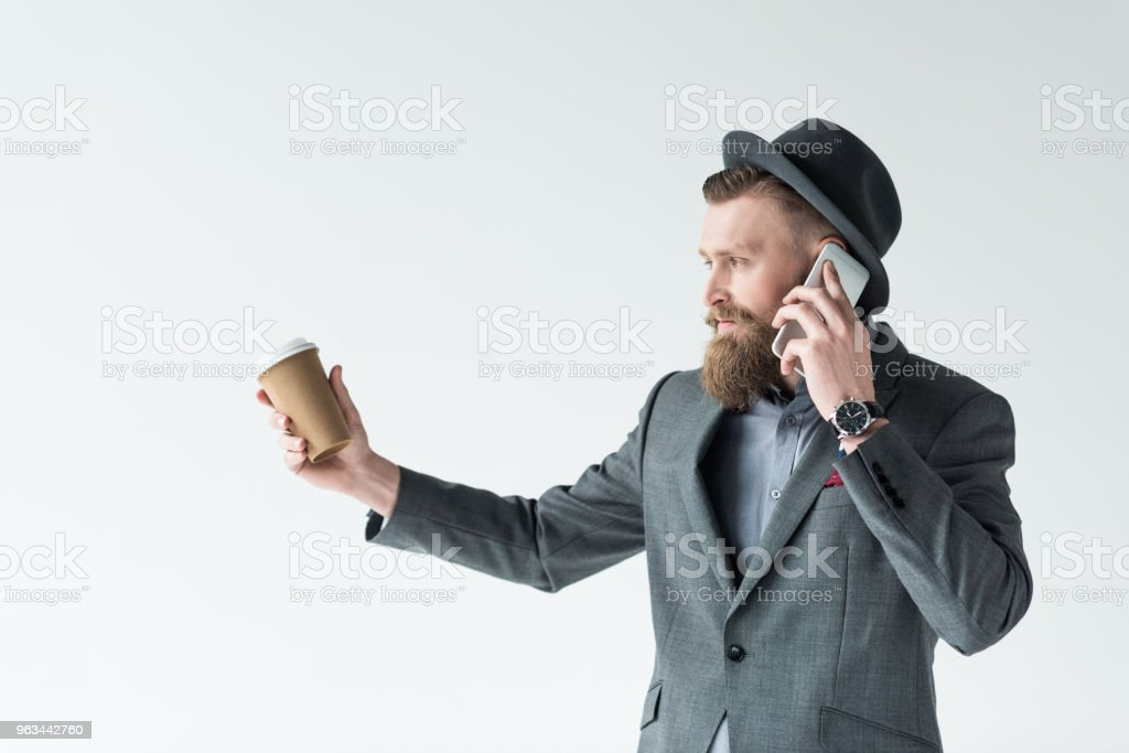 Vintage bıyık ve sakal kağıt bardak tutan ve açık renkli izole telefonda konuşurken ile işadamı - Royalty-free Adamlar Stok görsel