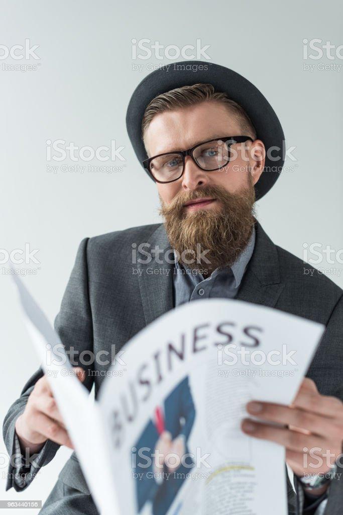 Homme d'affaires avec vintage moustache et barbe lisant le journal d'affaires isolé sur fond clair - Photo de A la mode libre de droits