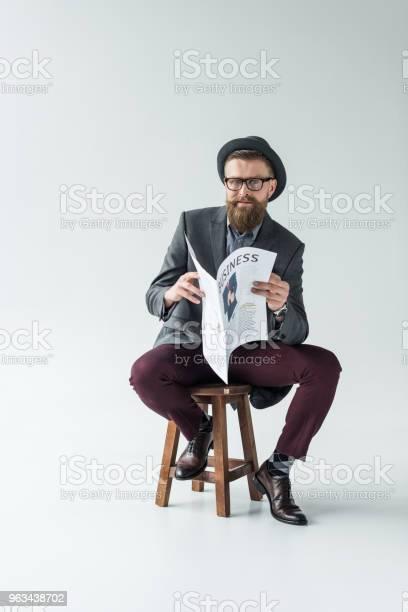 Biznesmen Z Vintage Wąsy I Broda Czytanie Gazety Biznesowej Siedząc Na Stołku - zdjęcia stockowe i więcej obrazów Gazeta