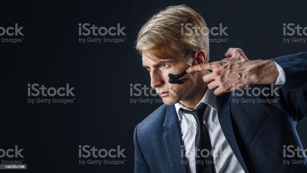 Empresario con pintura de guerra en su rostro. Concepto de gestión de riesgo. - foto de stock