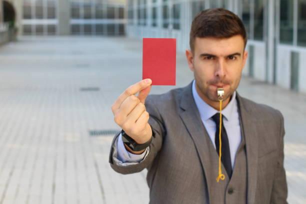 Empresário com cartão apito e vermelho - foto de acervo