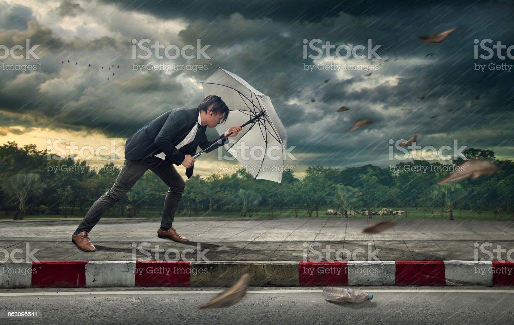 Homme d'affaires avec parapluie blanc se protéger de la tempête.  Concept commercial lourde tâches et problèmes. - Photo