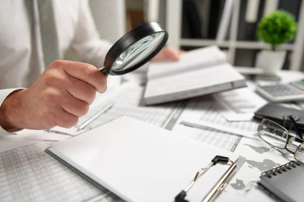 Geschäftsmann arbeitet im Büro und berechnet Finanzen, liest und schreibt Berichte. Konzept der Business Financial Accounting. – Foto