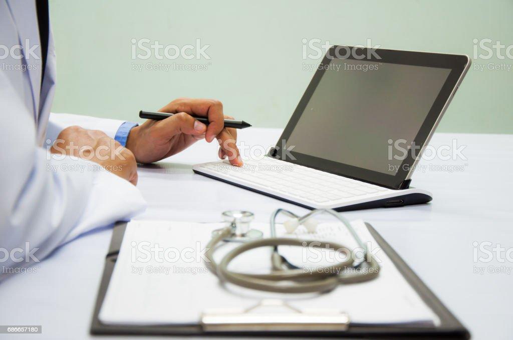 Ofiste çalışan iş adamı. Dijital tablet dizüstü bilgisayar akıllı telefon royalty-free stock photo