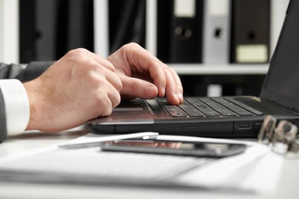 geschäftsmann arbeitet in einem büro. hände dicht. - lesen arbeitsblätter stock-fotos und bilder