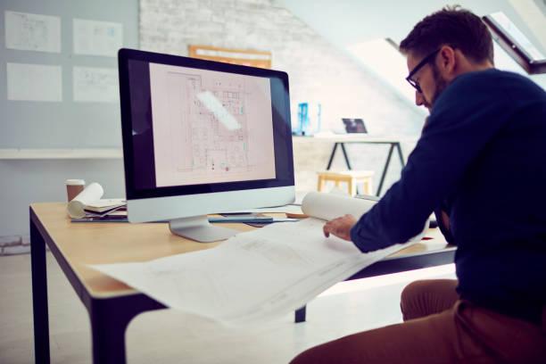 geschäftsmann arbeiten im büro - architekturberuf stock-fotos und bilder