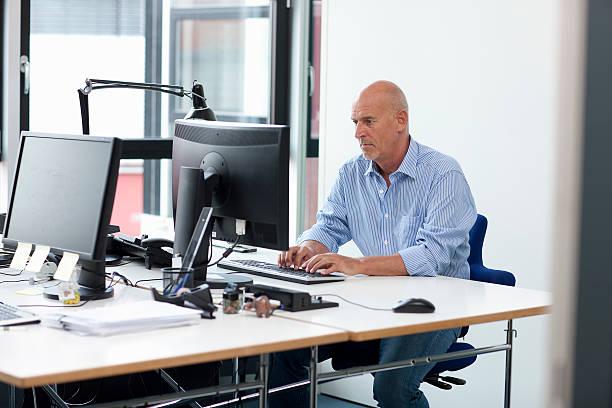 geschäftsmann arbeiten im büro - arbeit in münchen stock-fotos und bilder