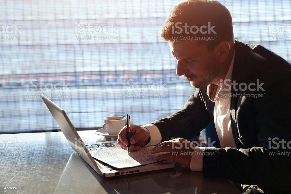 Empresário trabalhando no escritório - foto de acervo