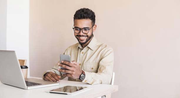 Geschäftsmann arbeitet am Laptop im Büro – Foto