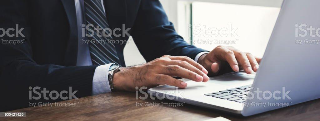 Geschäftsmann, arbeiten auf Laptop-Computer im Büro – Foto