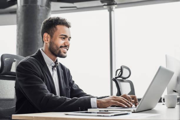 Geschäftsmann arbeitet auf Laptop-Computer im Büro – Foto