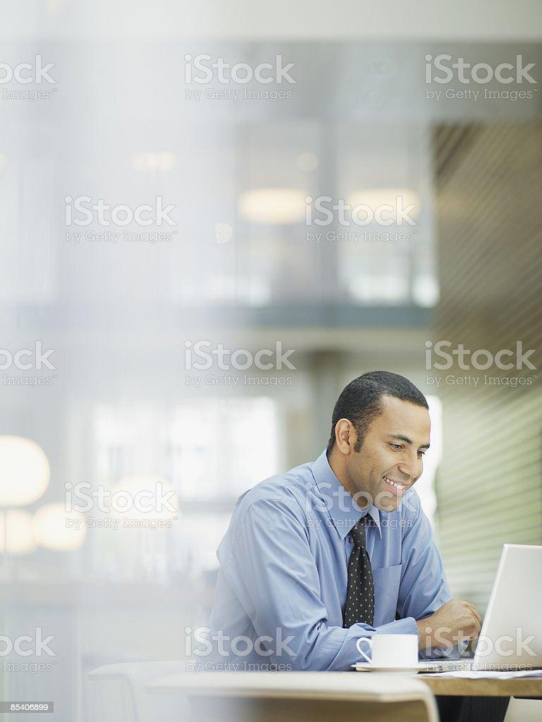 Homme d'affaires travaillant sur ordinateur portable au café - Photo