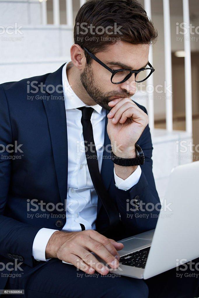 Uomo d'affari che lavorano su computer portatile  foto stock royalty-free