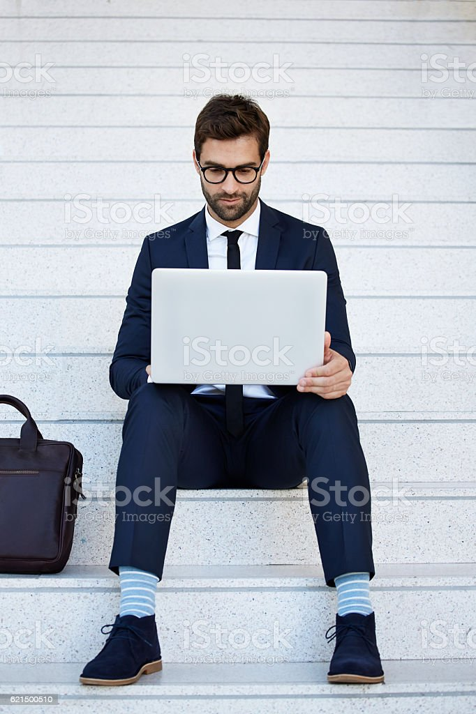 Homme d'affaires travaillant sur un ordinateur portable  photo libre de droits