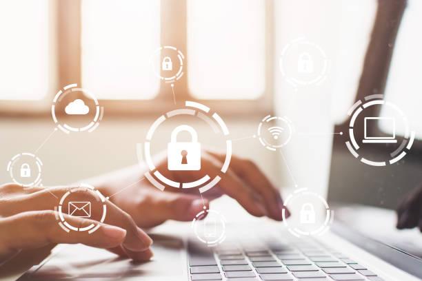 hombre de negocios trabajando en portátil. protección de la red de seguridad y proteger su concepto de datos. crimen digital por un hacker anónimo - seguridad fotografías e imágenes de stock