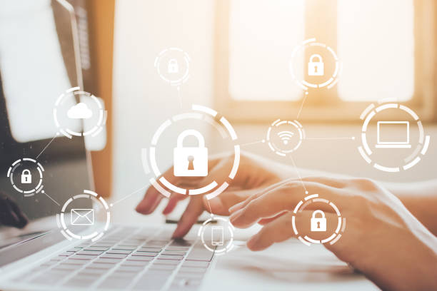 uomo d'affari che lavora su laptop. protezione del computer di sicurezza della rete e sicurezza del concetto di dati. crimine digitale da parte di un hacker anonimo - protezione foto e immagini stock