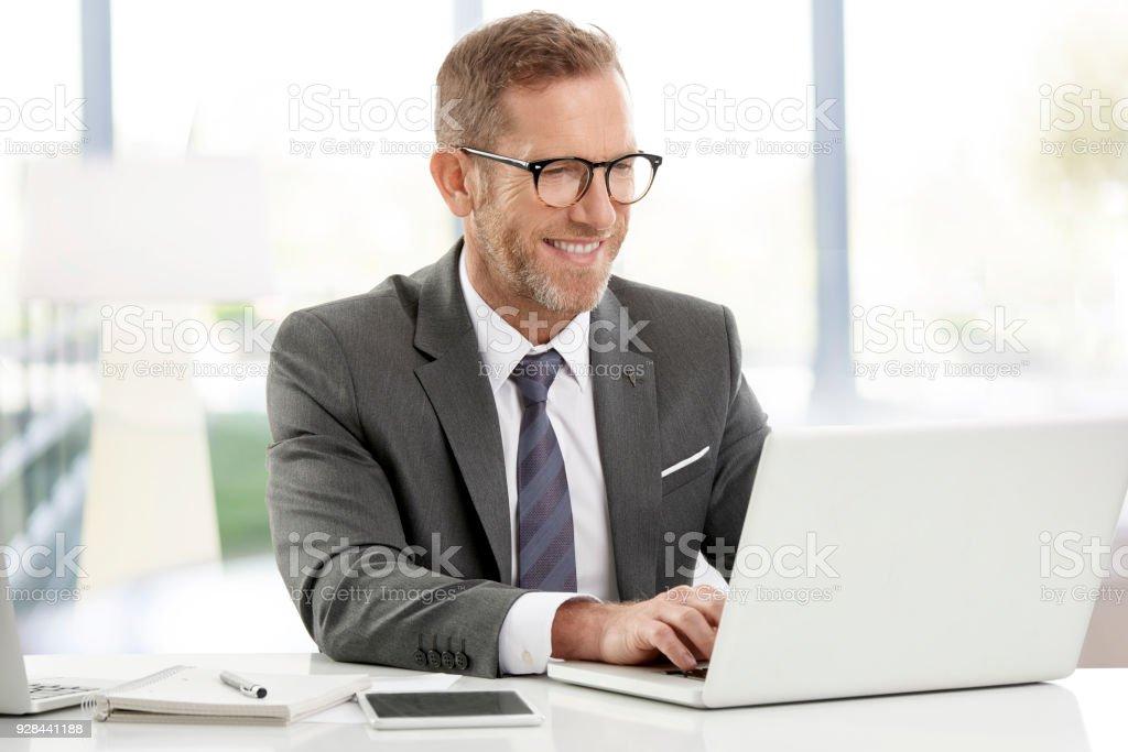 Homme d'affaires travaillant sur les ordinateurs portables au bureau - Photo