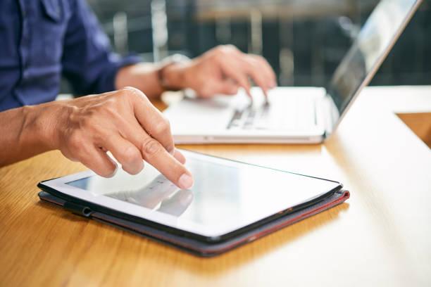 Geschäftsmann, arbeiten auf tablet – Foto