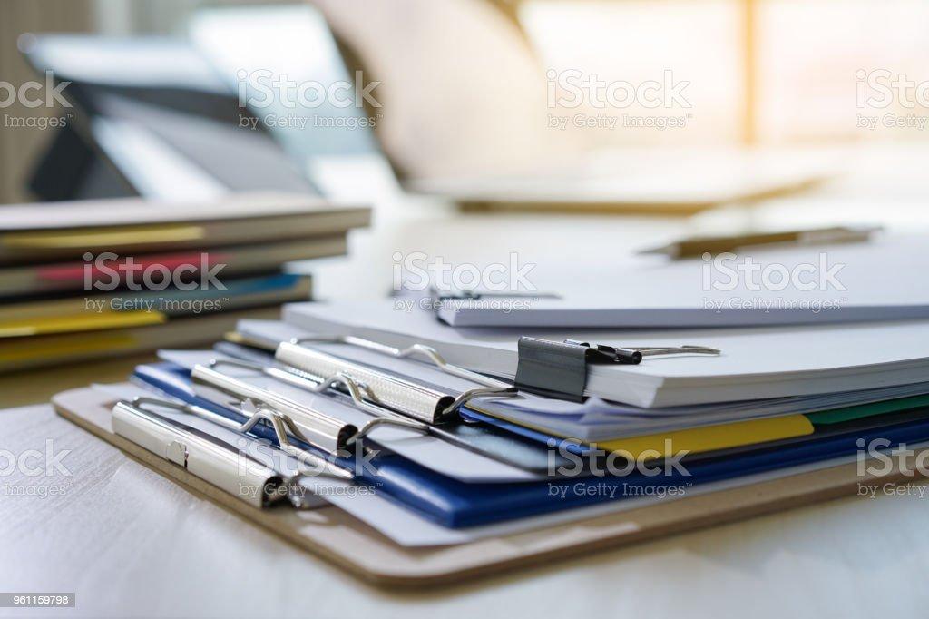 Geschäftsmann arbeiten lesen Dokumente graph finanziell um Job Erfolg analysieren Dokument Pläne – Foto