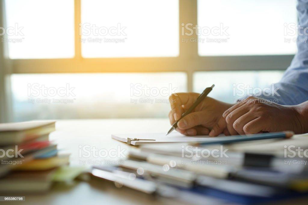 商人工作閱讀文檔圖金融工作成功分析文檔計畫 - 免版稅不完整圖庫照片