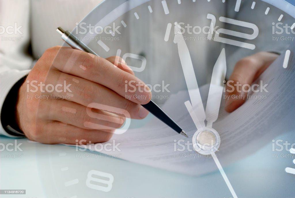 Geschäftsmann arbeitet bis zu einer Frist für Papierkram – Foto