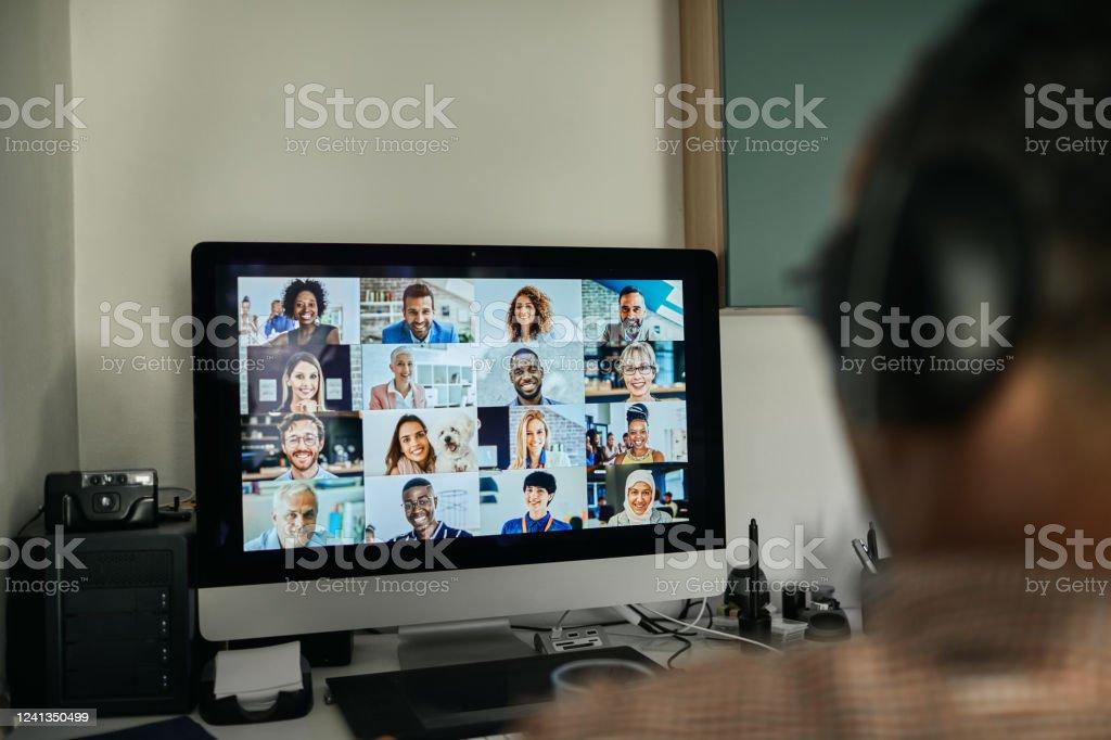 Geschäftsmann arbeitet mit Kollegen durch Videokonferenzen - Lizenzfrei Virtuelles Event Stock-Foto