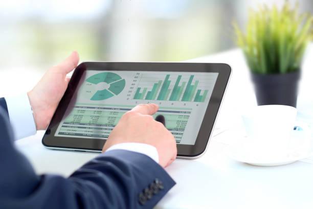 Geschäftsmann arbeitet mit digitalem Tablet – Foto