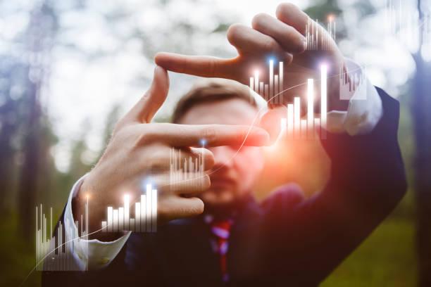 Geschäftsmann arbeitet mit futuristischer Schnittstelle – Foto