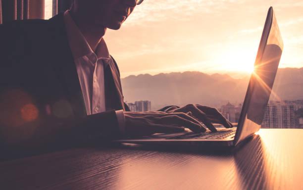 Geschäftsmann arbeitet mit Laptop bei Sonnenuntergang – Foto