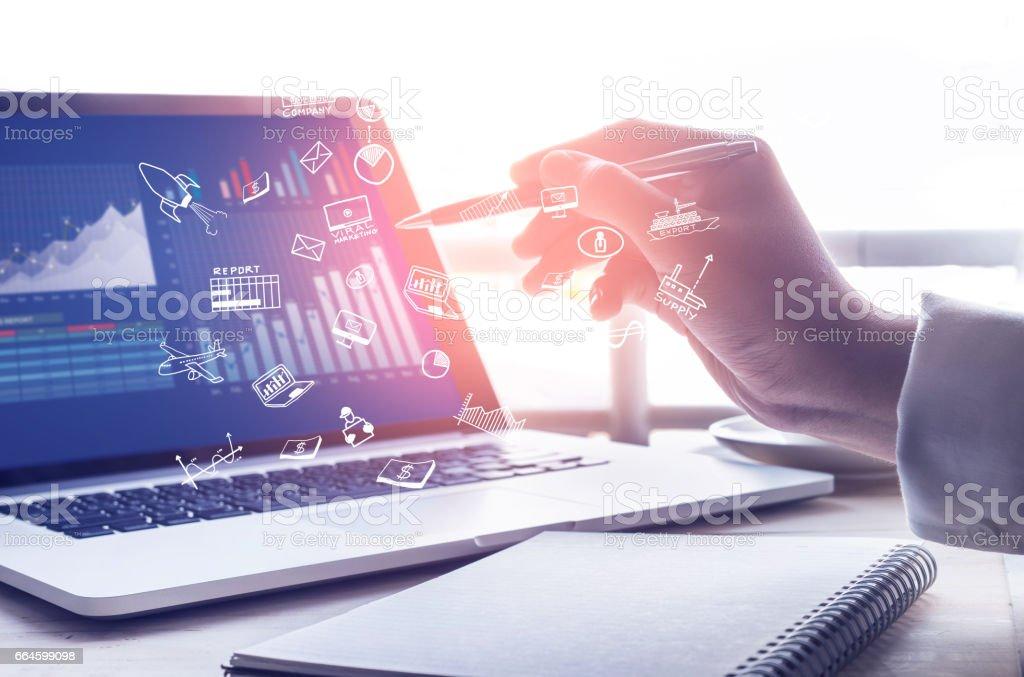 Empresario trabajar con concepto moderno de la computadora portátil y icon.strategy foto de stock libre de derechos
