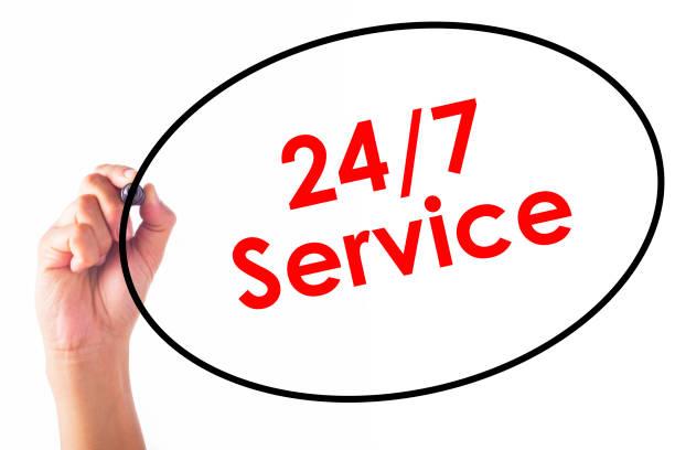 Empresário, escrevendo a palavra de serviço 24/7 com caneta - foto de acervo
